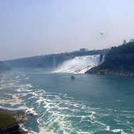A view of Niagara Falls with a balloon, the bridge and the