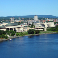 The Canadian Museum of Civilization in Hull, Quábec, as seen from Parliament Hill in Ottawa, Ontario across the Ottawa River.