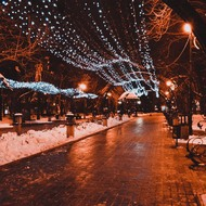 Night in a Donetsk alley during the holidays.