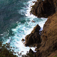 Steep drop down to the sea from the Cape Byron lighthouse.