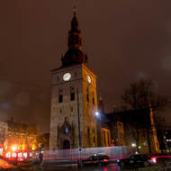 Traffic circling the Oslo Cathedral in the rain.