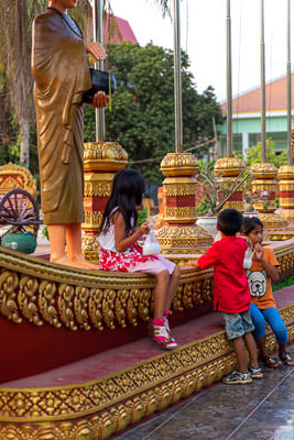 Thumbnail image ofChildren playing in the grounds of Wat Prom Rath.