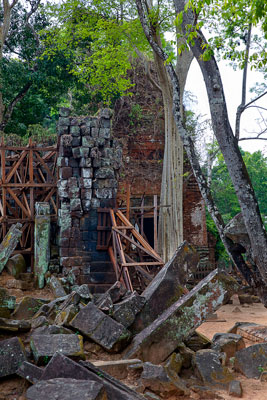 Thumbnail image ofPrasat Thom temple; eastern entrance tower and...