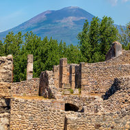 Mount Vesuvius over the ruins.